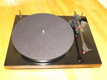 Pro-Ject Debut Carbon DC Turntable Gloss Black (066240) B Grade